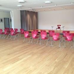 Saal mit wenig Stühlen