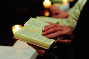 In der Osternacht am 11.04.2009 singt auf der Empore der katholischen Kirche St. Franziskus in Karlsruhe-Dammerstock bei einem ökumenischen Gottesdienst ein Männerchor.